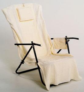 Brasse set. Enklare handduk med kudde och väska. Handduken har en ficka bak som träs på stolen. Finns endast i naturvit. Säljes utan tryck